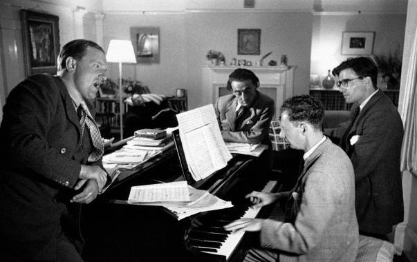 Peter Pears, Ronald Duncan, Arthur Oldham et Benjamin Britten en 1949©Kurt Hulton Hulton-Deutsch CollectionCORBIS